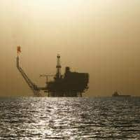 Oil prices fall on rise in US drilling, strong dollar