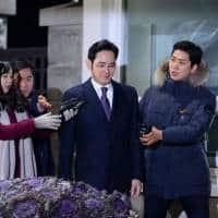 South Korean prosecutor seeks arrest warrant for Samsung chief